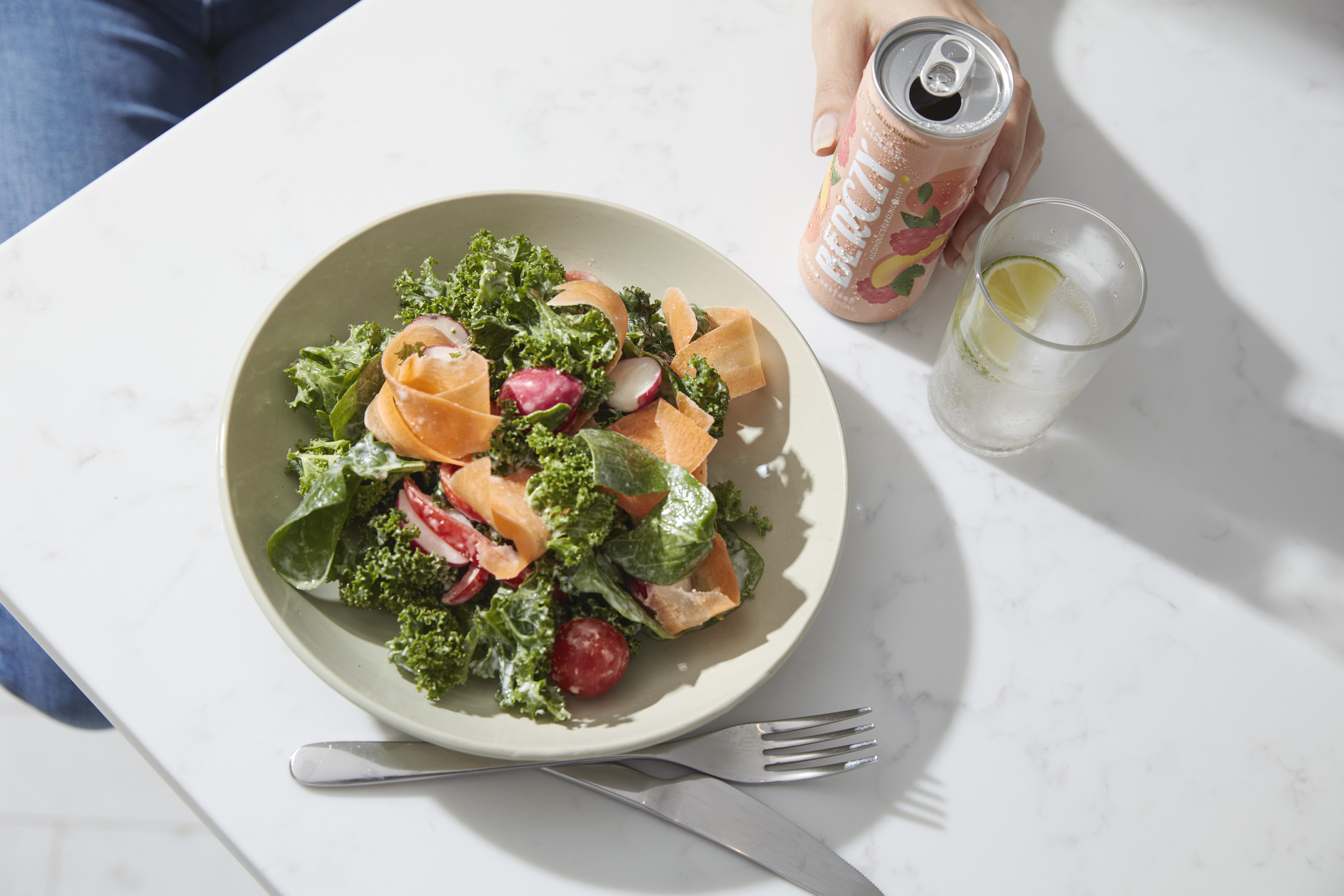 Berczy drink with a salad